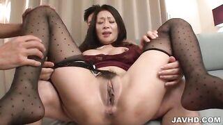 Asiatische MILF Rei Kitajima nimmt vier Spermaspritzen in den Mund